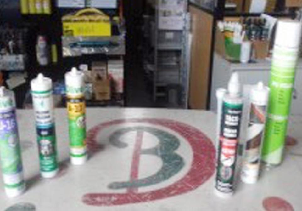 Químicos para tetos, paredes e divisórias: silicones, polímeros, prego líquido e espuma de poliuretano e massa acrílica